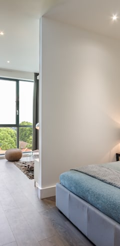 Modern Studio Apartment in London:  Schlafzimmer von homify