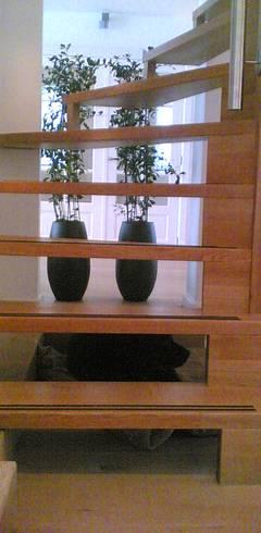 Pasillos y recibidores de estilo  por Studio Kuin BNI