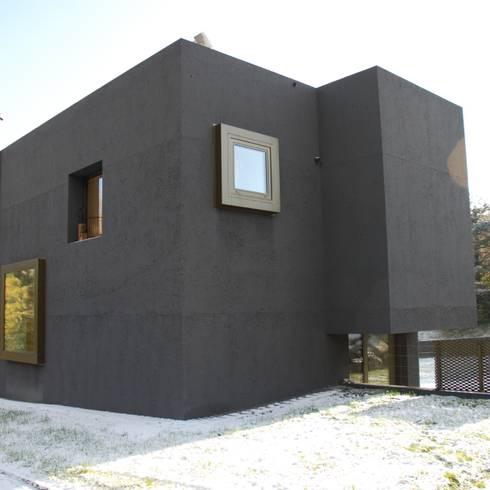 Nordfassade: moderne Häuser von raum.werk.plus. architektur + raumdesign