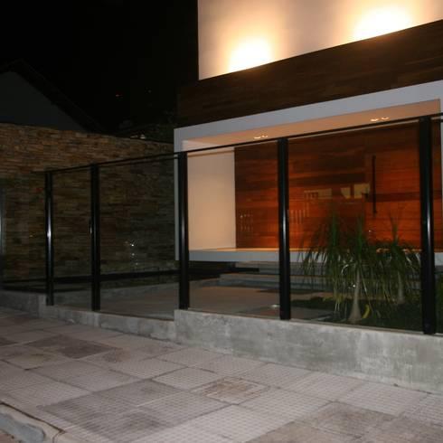 Jardines de estilo  por ZAAV Arquitetura