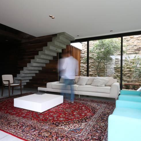 Livings de estilo  por ZAAV Arquitetura