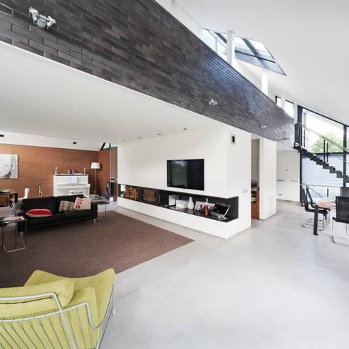 Living/Dining met vide naar slaapverdieping:  Woonkamer door Beltman Architecten
