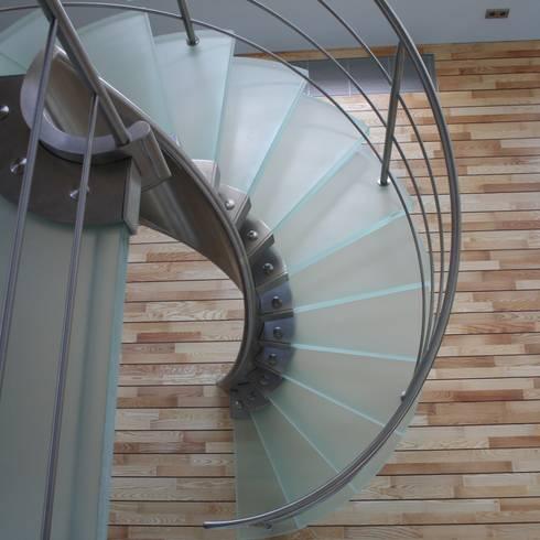 Ingresso, Corridoio & Scale in stile  di Allstairs Trappenshowroom