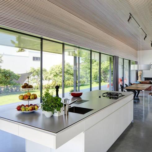 Haus S: moderne Küche von Schenker Salvi Weber