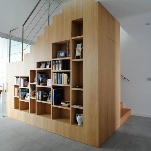 Vestíbulos, pasillos y escaleras de estilo  por MBVB Arquitectos