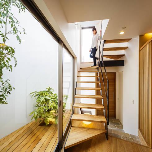 Corredores e halls de entrada  por 一級建築士事務所haus