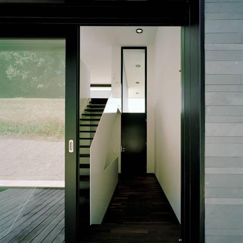 Pasillos y recibidores de estilo  por Hetzel+Ortholf Architekten BDA