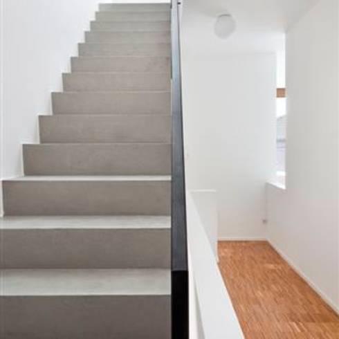 Corridor & hallway by raumumraum architekten
