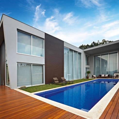 moderner Pool von Márcia Carvalhaes Arquitetura LTDA.