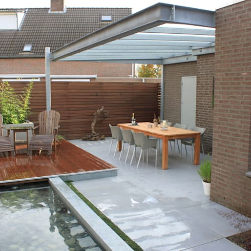 Patiogarden with steel pond and water feature:  Tuin door Hoveniersbedrijf Guy Wolfs