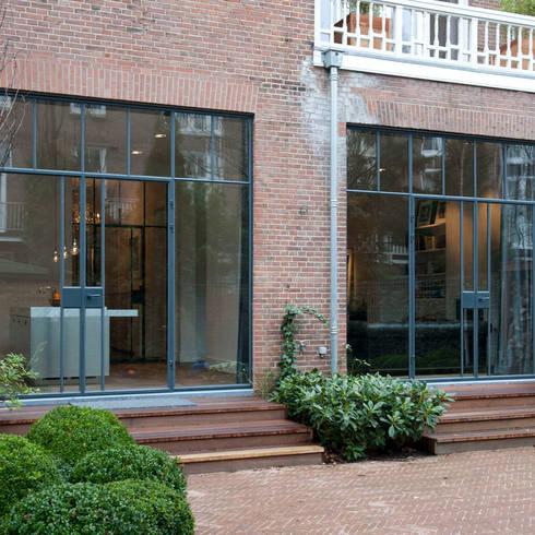 Casas de estilo industrial por Studio Kuin BNI