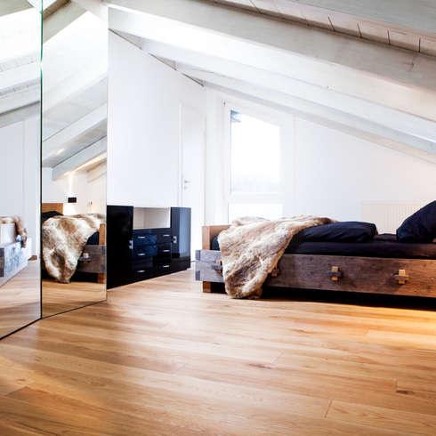 Dachausbau: Rustikale Schlafzimmer Von BESPOKE GmbH // Interior Design U0026  Production