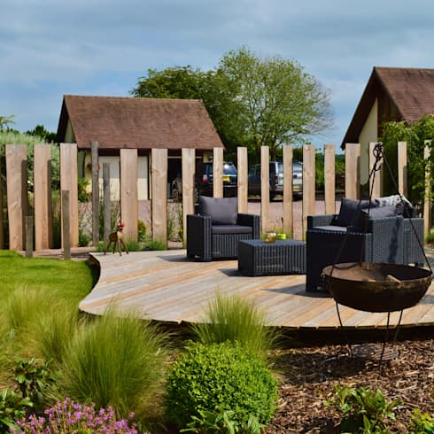 Traditional Garden - Decked Seating Area and Vertical Wooden Screening: country Garden by Unique Landscapes