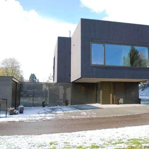 Ostfassade: moderne Häuser von raum.werk.plus. architektur + raumdesign
