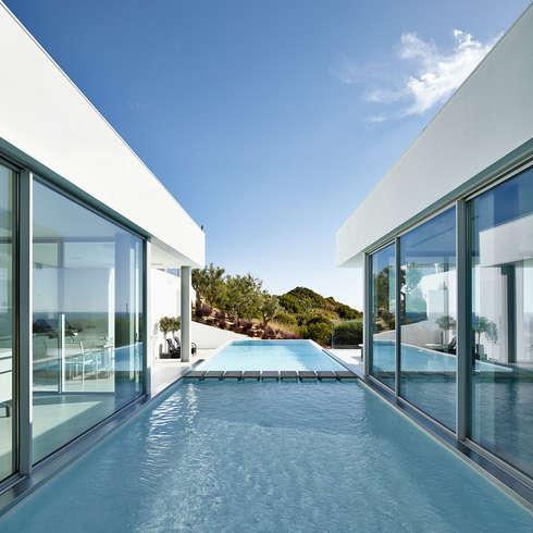 Villa Escarpa, Praia da Luz, Portugal: moderner Pool von Philip Kistner Fotografie