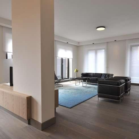 Appartement Amsterdam: minimalistische Woonkamer door Bobarchitectuur