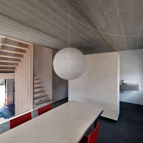 universal house: moderne Woonkamer door groenesteijn  architecten