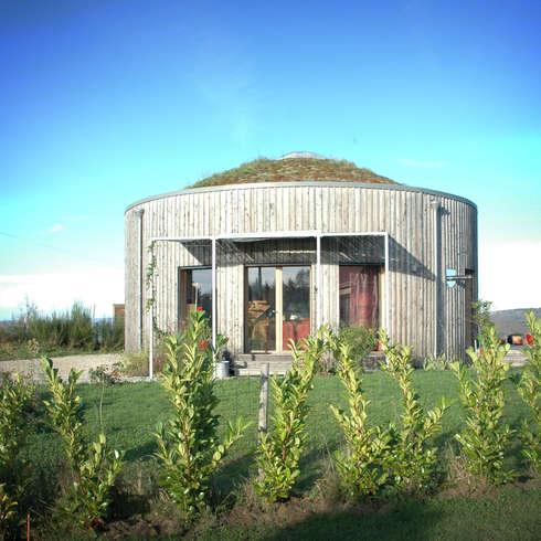 En harmonie avec la nature maison en bois ronde for Maison yourte moderne