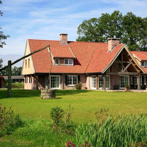 Achterzijde woning met inwoning in landelijke architectuur: landelijke Huizen door Building Design Architectuur