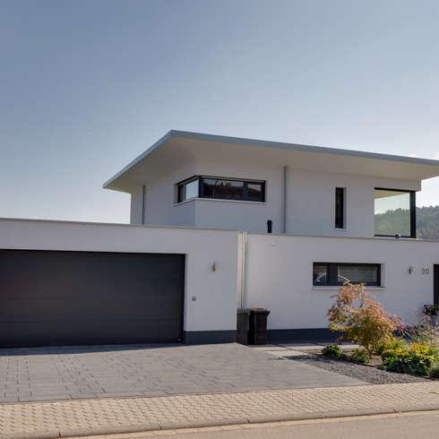 Neubau eines Einfamilienhauses mit Doppelgarage in Hanglage: moderne Häuser von STRICK  Architekten + Ingenieure