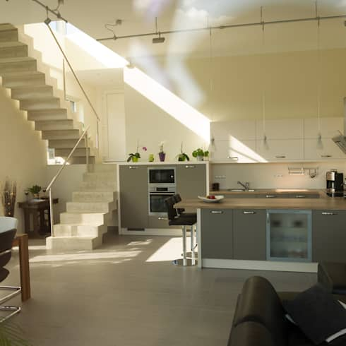 Neubau eines Einfamilienhauses mit Doppelgarage in Hanglage: moderne Küche von STRICK  Architekten + Ingenieure