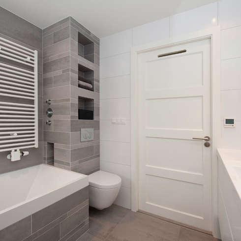Banheiros modernos por Het Ontwerphuis