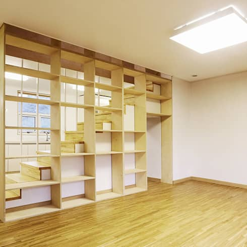 Salas de estar modernas por thinkTREE Architects and Partners