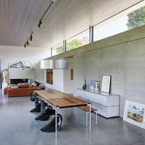 Haus S: moderne Esszimmer von Schenker Salvi Weber