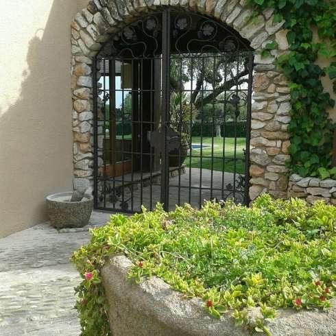 15 puertas de herrer a que te encantar n for Puertas salida jardin