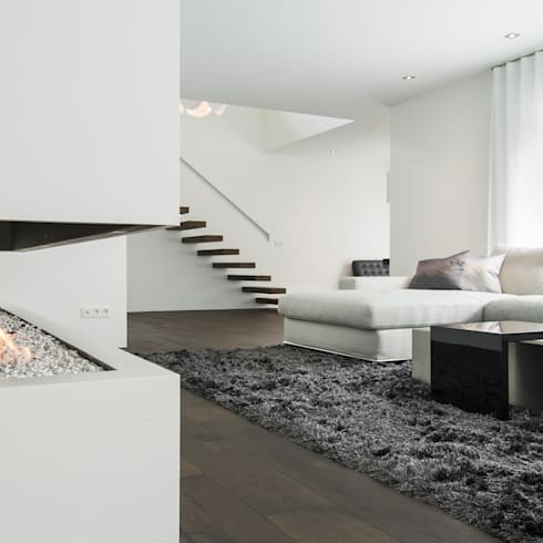 Eigentijds wonen in een rietgedekte villa: moderne Woonkamer door Lab32 architecten