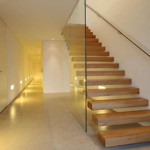 Einfamilienhaus Starnberg:  Flur & Diele von Huaber & more
