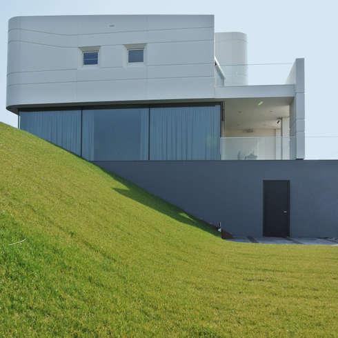 Waterfront villa: moderne Huizen door Waterstudio.NL