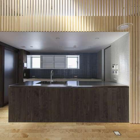 住居棟 キッチン: フィールド建築設計舎が手掛けたリビングです。