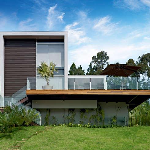 moderne Häuser von Márcia Carvalhaes Arquitetura LTDA.