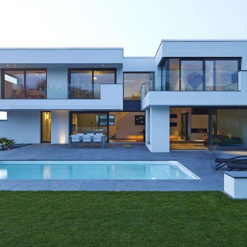 VILLA BELICE: moderner Pool von LEE+MIR