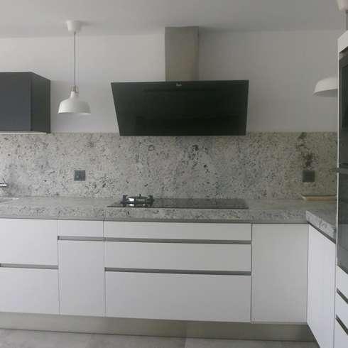 Negro, blanco y gris: una mezcla que realza una cocina