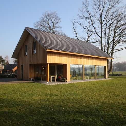 Moderne landelijke woning te Nijverdal: scandinavische Huizen door STUDIO = architectuur