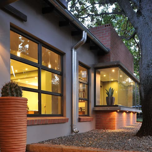 The Oak Tree Studio, Bloemfontein: industrial Houses by Reinier Brönn Architects & Associates