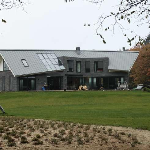 Modern Landhuis: moderne Huizen door Architectenbureau Jules Zwijsen