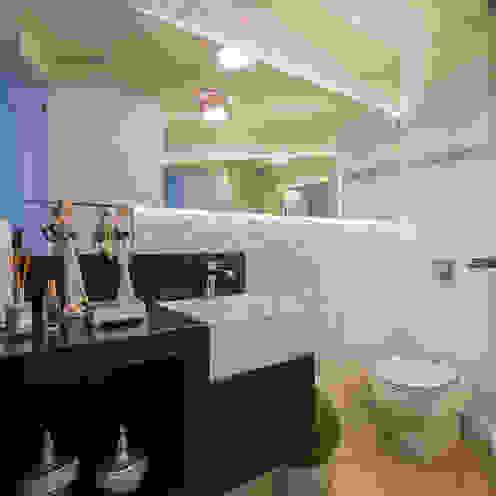 Apartamento em Cascavel Banheiros rústicos por Evviva Bertolini Rústico