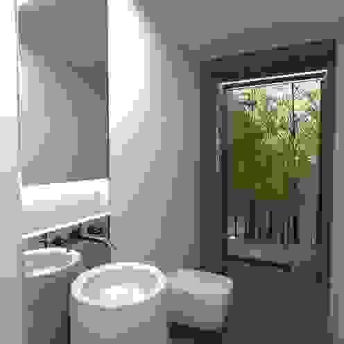 Ванная комната в стиле минимализм от Colectivo de Melhoramentos Минимализм