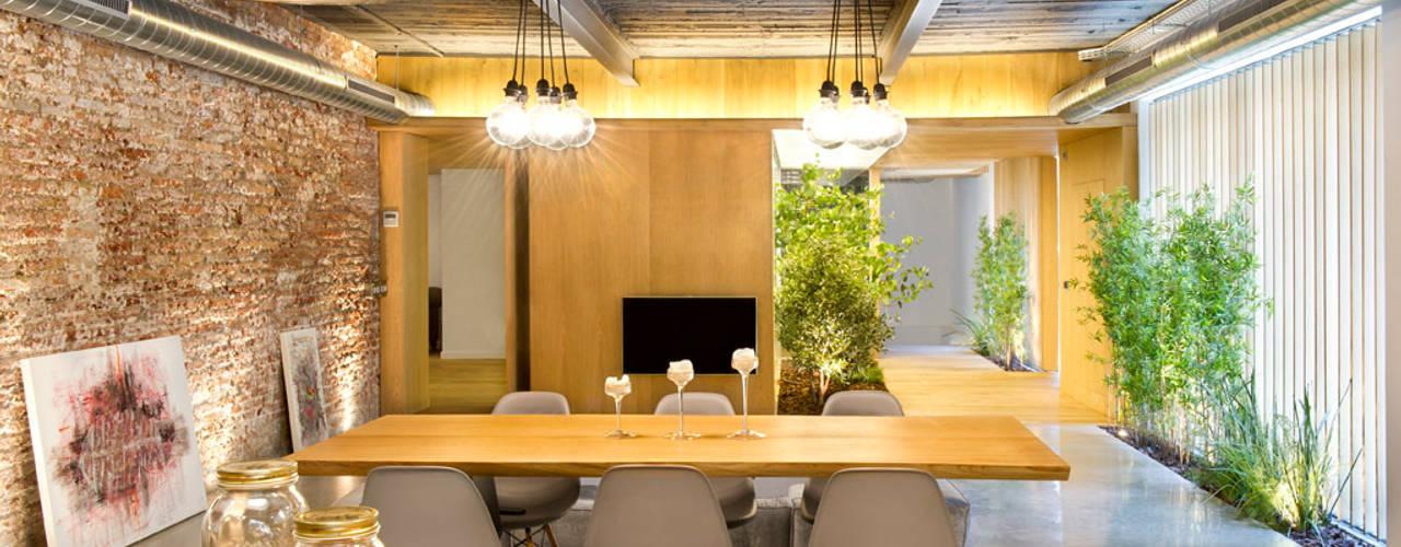 Phòng ăn phong cách mộc mạc bởi Egue y Seta Mộc mạc