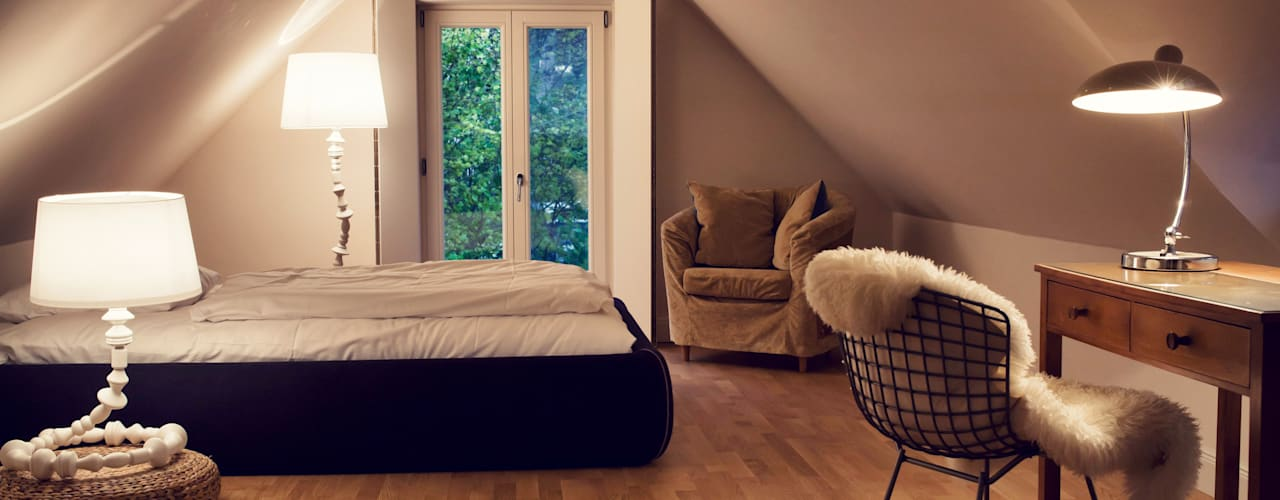 Camera da letto moderna di Heike Gebhard Wohnen Moderno