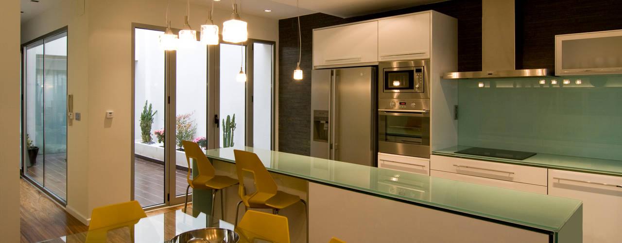 Кухня в стиле модерн от AZ Diseño Модерн
