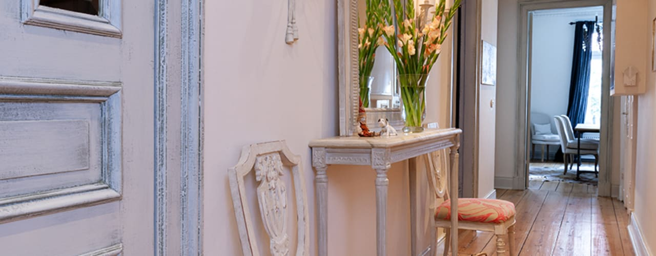 Pasillos, vestíbulos y escaleras de estilo clásico de Atmosphere Judith Thiel Clásico
