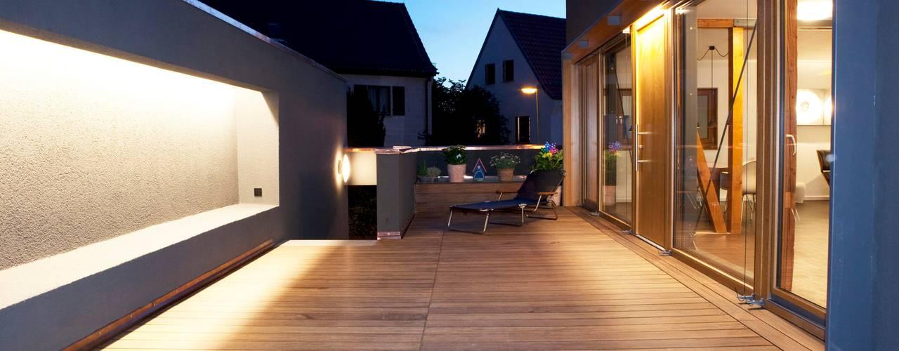 Varandas, alpendres e terraços modernos por Holzerarchitekten Moderno
