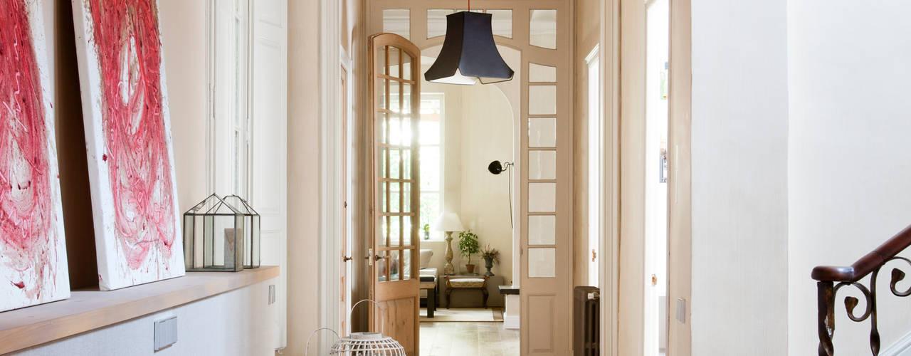 Corredores, halls e escadas minimalistas por The Room Studio Minimalista