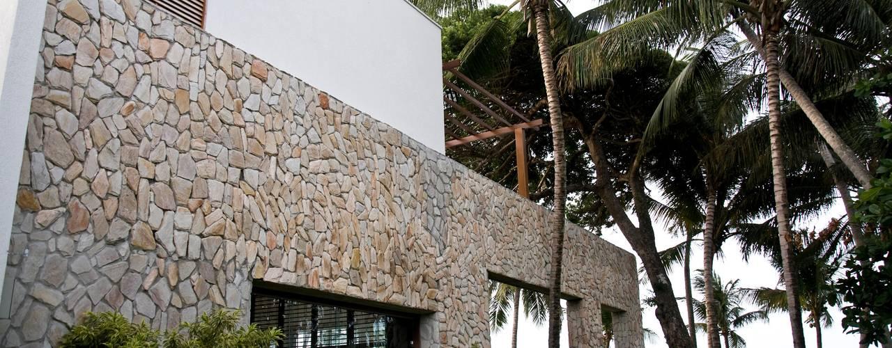 Casas de estilo tropical por Renato Teles Arquitetura