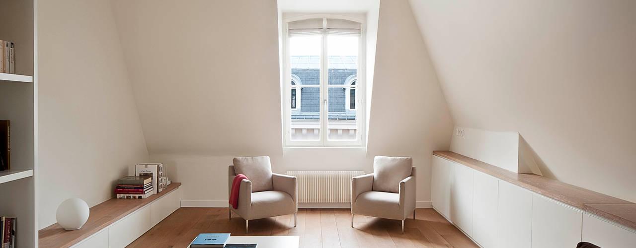 Apartment renovation in Paris-7th Soggiorno minimalista di GIULIANO-FANTI ARCHITETTI Minimalista