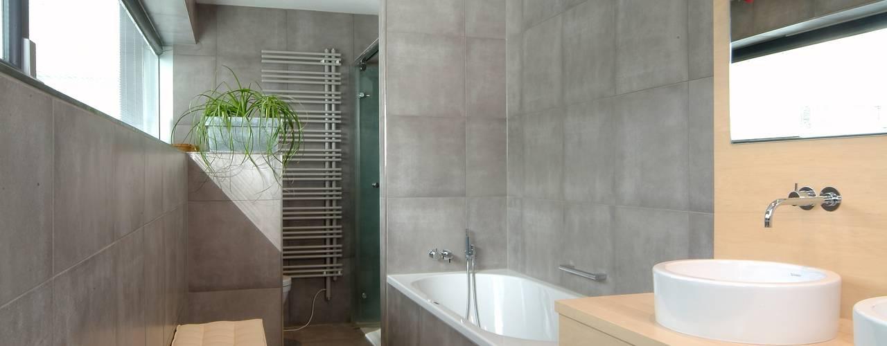 modern Bathroom by A r c h i t e k t i n  Kelbing